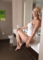 Shannyn Strips In The Bathroom - Picture 14